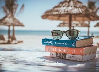 Co czytać w czasie urlopu? Poznaj bestsellery książkowe tego lata