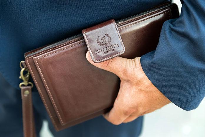 Portfele ze skóry naturalnej czy tańsze portfele z materiału? Co wybrać?