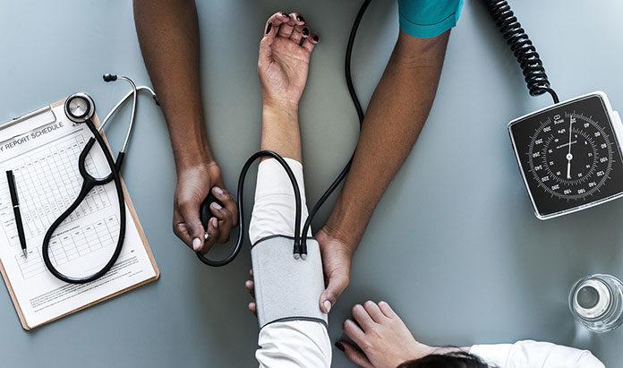 Wysokie i niskie ciśnienie tętnicze – przyczyny i leczenie