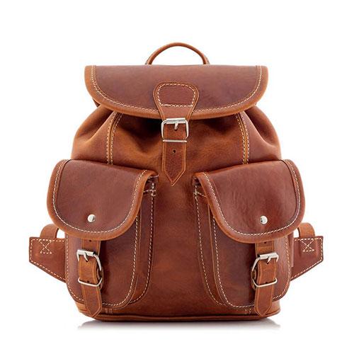 Kobiety zazwyczaj wybierają dla siebie torby i torebki, uważając je za bardziej dostosowane do ich płci. Kierują się przy tym kilkoma czynnikami, takimi jak moda, wielkość czy ich prywatne preferencje odnośnie wyglądu. Powszechnie uważa się także, iż torebka jest synonimem elegancji i każda dama powinna ją posiadać. Czy w takim razie warto inwestować w plecak, a jeśli tak to jaki? Sportowe życie Istnieje wiele powodów, dla których warto zdecydować się na kupno plecaka. Pierwszym z nich jest możliwość swobodnego uczestniczenia w wycieczkach i sportowych wypadach. W końcu trudno wyobrazić sobie wędrówkę po górach i lasach z elegancką torebką na ramieniu. Do spodni, kurtki czy koszuli na pewno plecak będzie i bardziej pasujący i znacznie wygodniejszy. Wybierając obszerną, skórzaną wersję, bez wątpienia uda się do niego zmieścić wszystko, co może być niezbędne podczas wyprawy. Jedzenie, napoje, apteczka czy kurtka przeciwdeszczowa to tylko kilka przykładów przedmiotów, jakie spokojnie uda się spakować i które jednocześnie nie obciążą nadmiernie kręgosłupa. Równomiernie rozłożona waga pozwoli zachować swobodę ruchów podczas wyprawy i nie spowoduje dyskomfortu, czy wręcz poważniejszych problemów ze zdrowiem. Skórzany materiał to z kolei gwarancja wytrzymałości nawet podczas długiej wyprawy. Na uczelnię Studia często wymagają zabierania ze sobą wielu przedmiotów. Kilka zeszytów, przybory do pisania, podręcznik, akcesoria osobiste, woda mineralna… i torba na ramieniu staje się tak ciężka, że nawet nie chce się jej nosić przez długość korytarza, a co dopiero podróżować z nią w komunikacji miejskiej. Właśnie w takim przypadku plecak jest idealnym rozwiązaniem, gwarantującym, że nawet najdłuższy dzień na uczelni nie przysporzy bólu pleców czy ramion. Doskonałym rozwiązaniem dla każdej studentki może być też wybór 2w1 - skórzanego plecaka, który łatwo można zmienić w torbę. Dzięki temu również w wolne dni można bez wahania wyskoczyć na miasto, nie wypakowując wszystkich rzeczy 